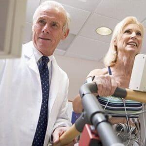Cardiologo Realizando una prueba de Esfuerzo